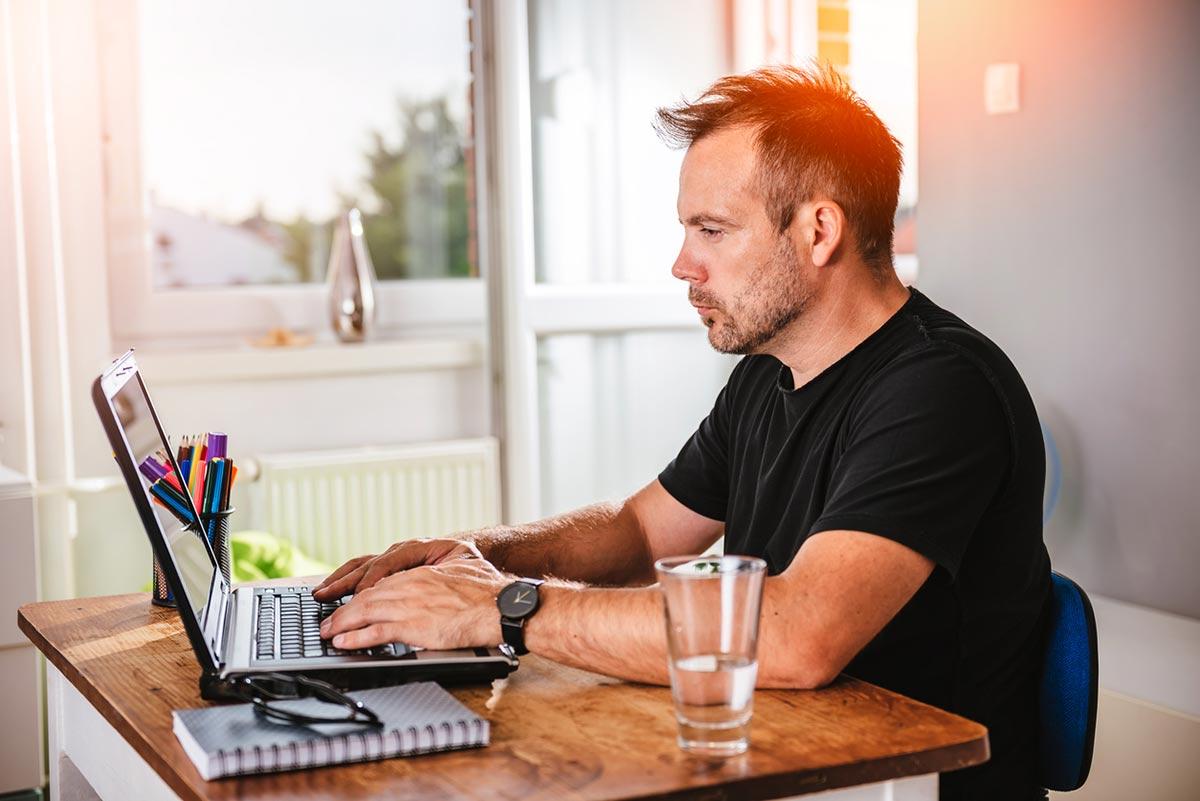 Afla care sunt avantajele serviciului de avocat online